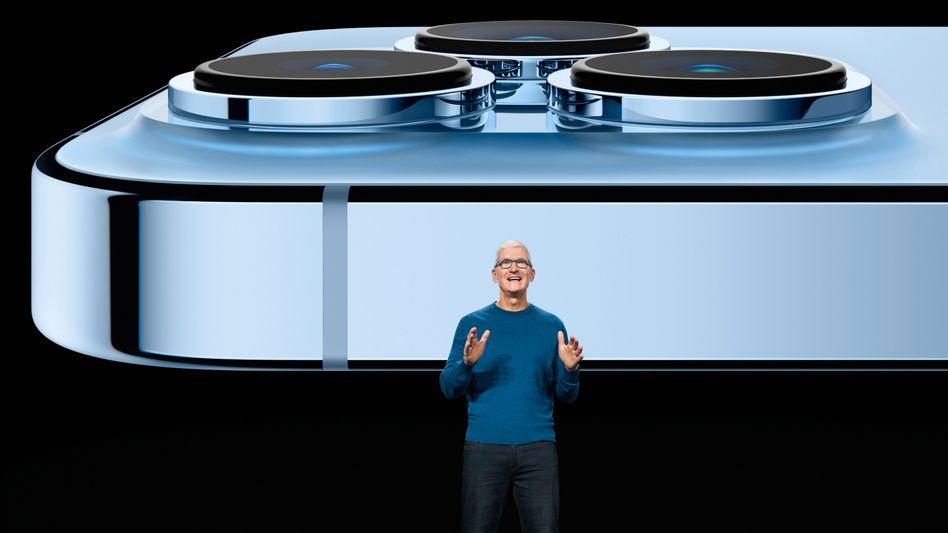 Tim Cook mit dem iPhone 13 Pro Max