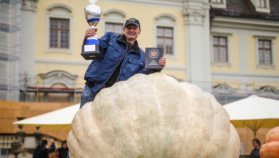 Michael Asam mit seinem Gewinner-Kürbis