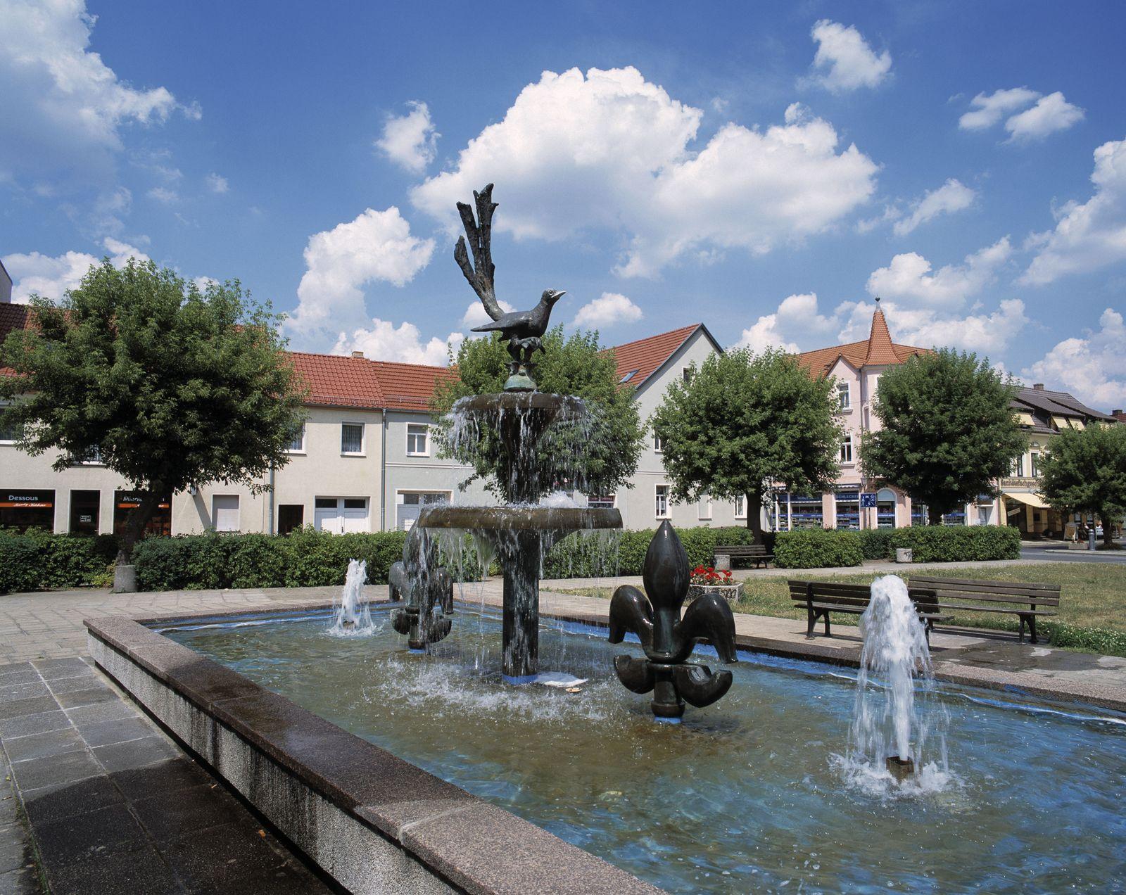EINMALIGE VERWENDUNG Marktplatz mit Elsterbrunnen in Elsterwerda Niederlausitz