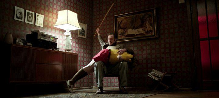 Mal jovial, mal brutal: David Scheller spielt den Vater der Bunker-Familie