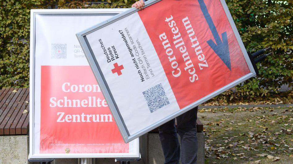 Hinweisschilder für ein Corona-Schnelltestzentrum in Dresden