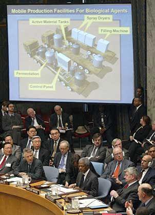 Colin Powell bei der Präsentation vor dem Uno-Sicherheitsrat (2005): Dokumente in stark zensierter Form