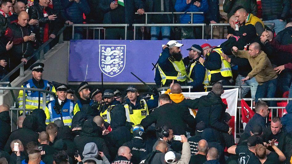 Ungarische Fans stoßen in Wembley mit der Polizei zusammen