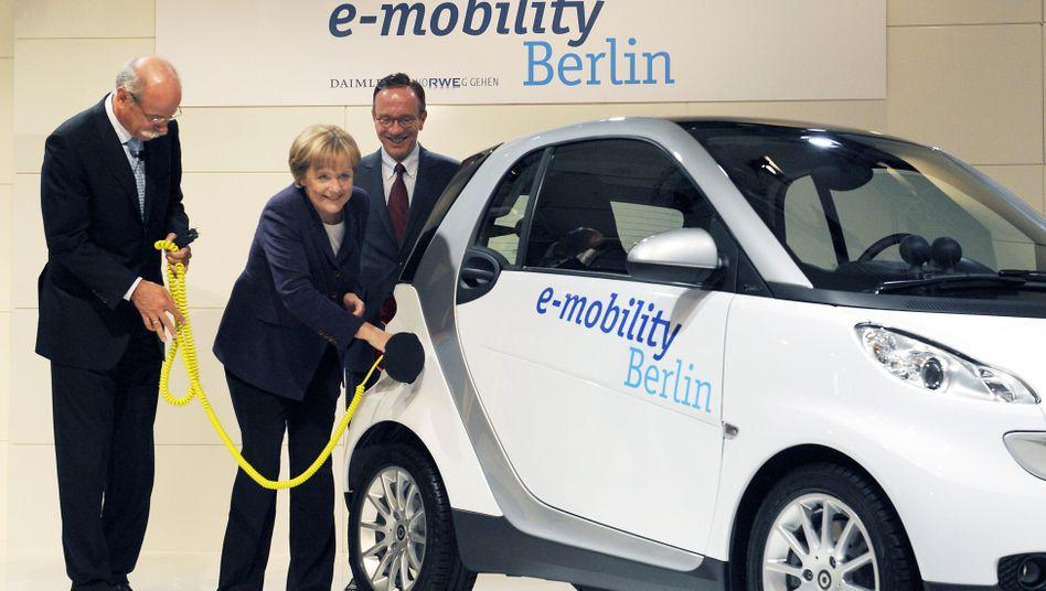 """Angela Merkel und ein E-""""Smart"""""""