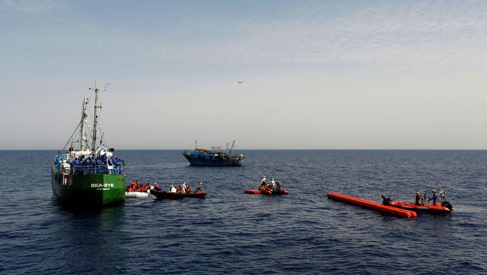 Boote einer privaten Hilfsorganisation im Mittelmeer