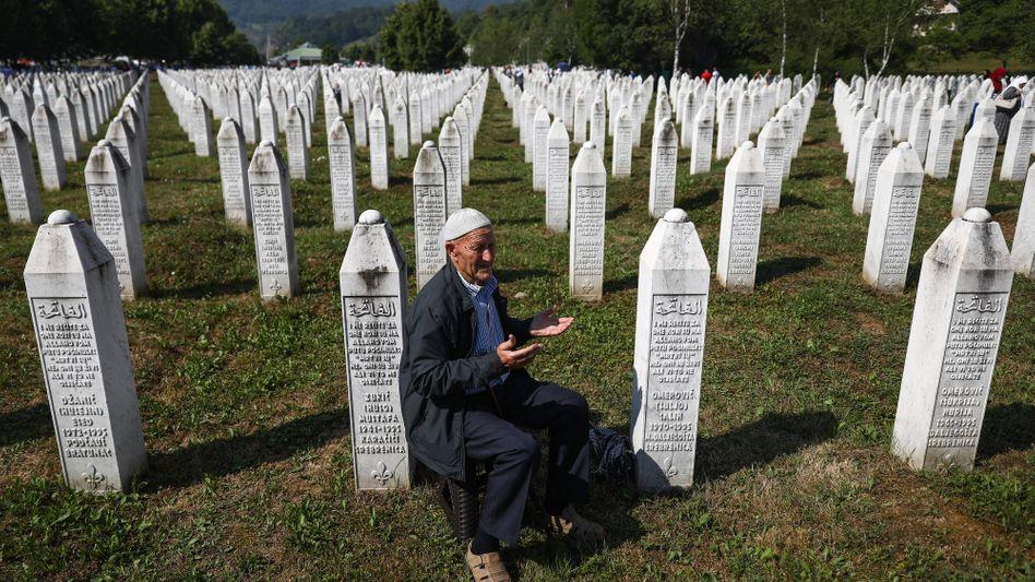Ein Mann trauert am 26. Jahrestag des Massakers von Srebrenica auf einem Friedhof