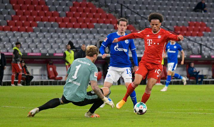 Schalke-Keeper Ralf Fährmann war nicht zu beneiden: Hier wird er von Leroy Sané umkurvt