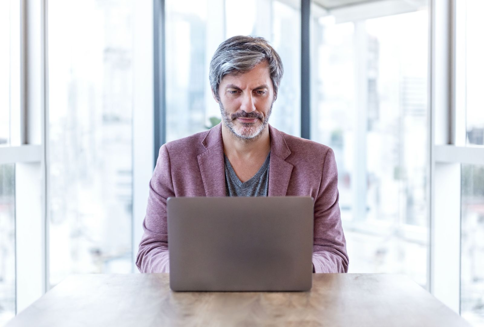 EINMALIGE VERWENDUNG Büro / Mann schreibt Computer