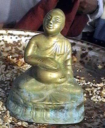 Bronze-Buddha: An der Küste angespült