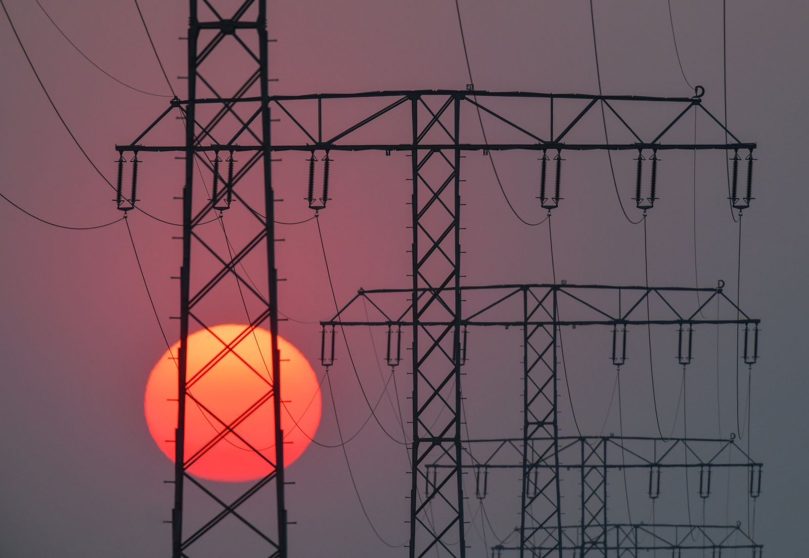 Sonnenuntergang hinter Strommasten