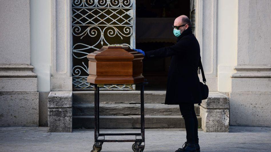Bergamo: Ein Mann berührt den Sarg seiner Mutter