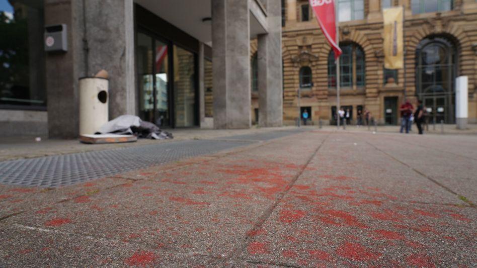Rote Farbe vor dem Gewerkschaftsgebäude in der Stuttgarter Willi-Bleicher-Straße