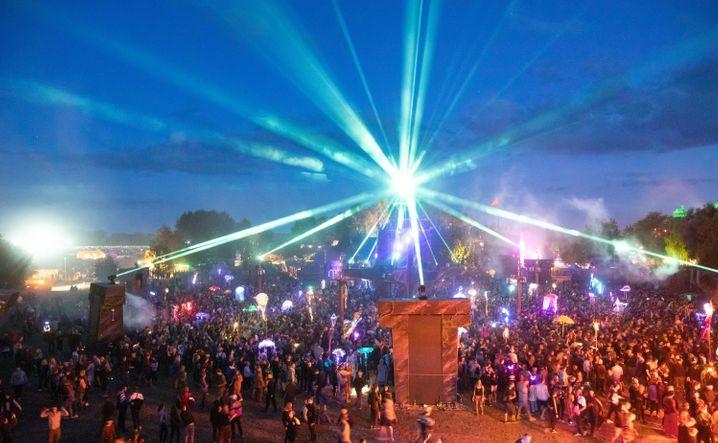 Besucherinnen und Besucher 2019 auf der »Fusion« – erstmals fand das Festival 1997 statt