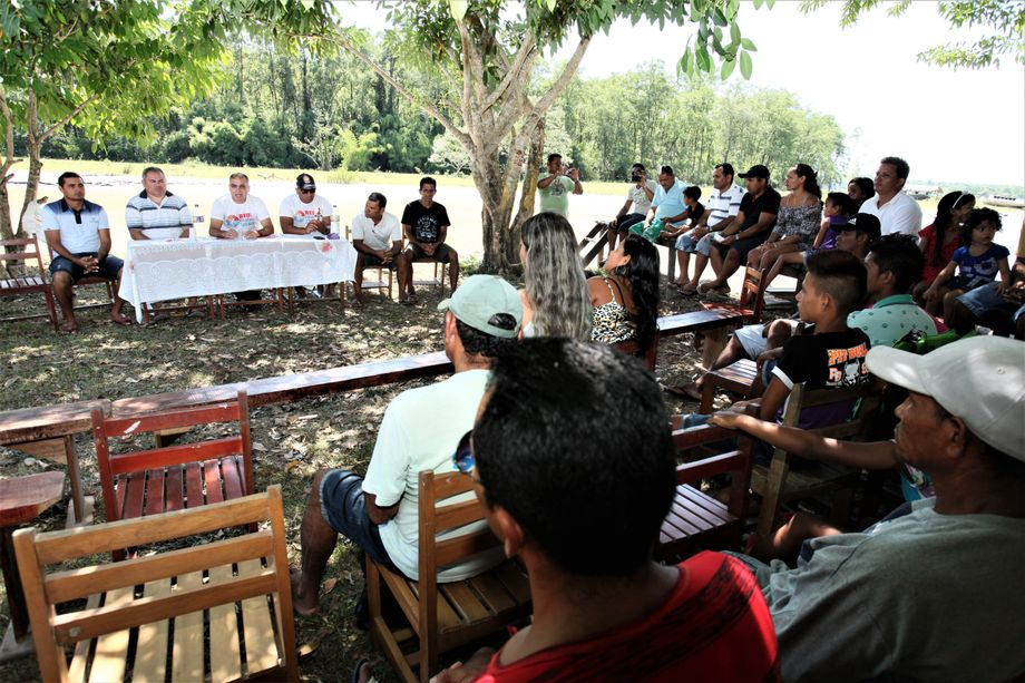 Judge Assis and his colleagues also take part in village assemblies and listen to residents' complaints.
