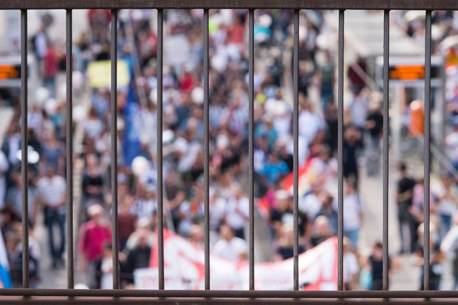 Berlin, Demo gegen die aktuelle Coronapolitik Deutschland, Berlin - 29.08.2020: Im Bild ist die Demo durch ein Gitter z