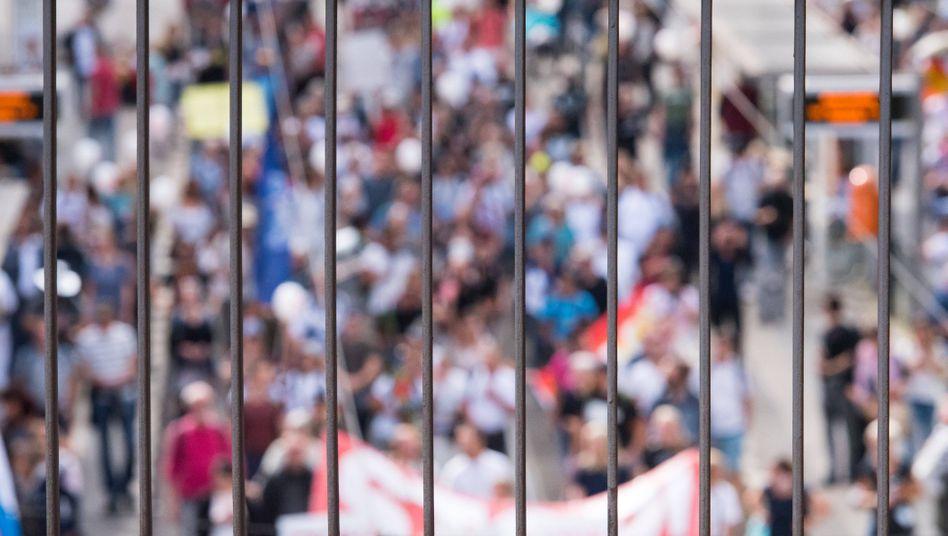 Demonstration gegen Corona-Schutzmaßnahmen (im August 2020 in Berlin): Rechtsextreme schöpfen Kraft aus »Pessimismus und Misstrauen«, so die Autorinnen und Autoren des Berichts