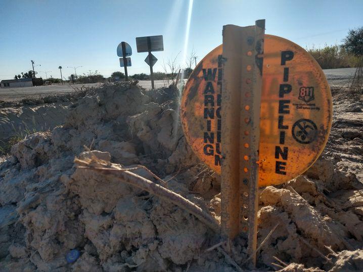 Hinweisschild für Pipeline unweit des Schlammgeysirs