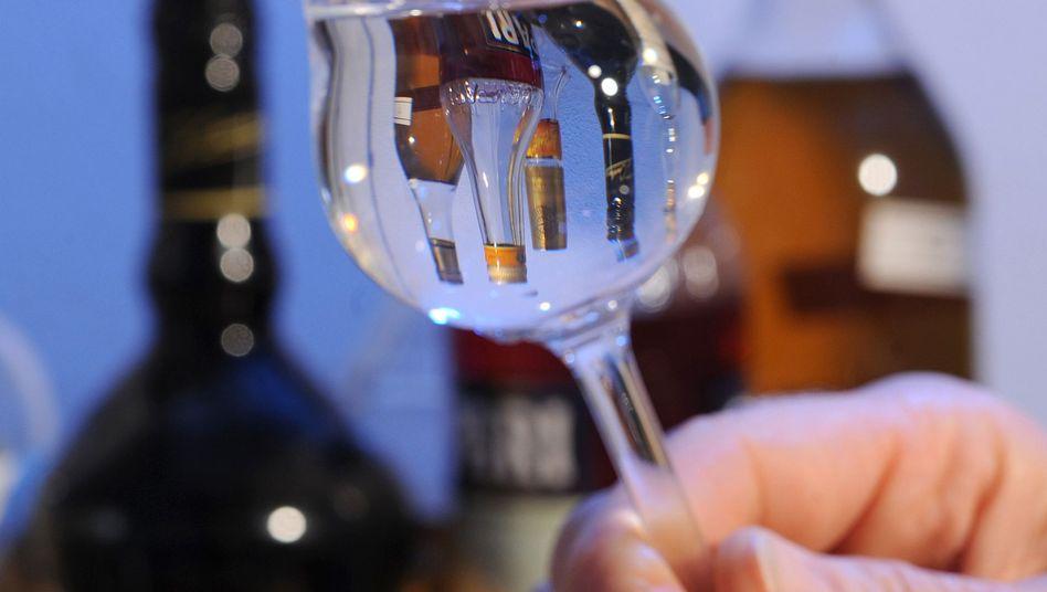 Schnapsglas: Alkohol ist gesellschaftlich anerkannt