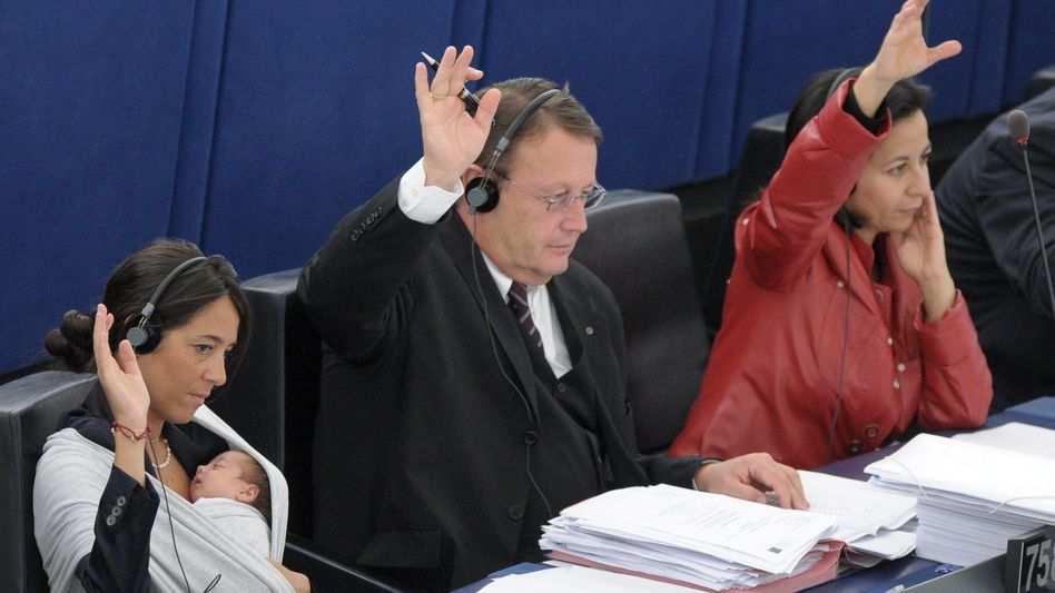 Abstimmung im EU-Parlament (links die Abgeordnete Licia Ronzulli mit ihrem Baby): In bestimmten Fällen können die Behörden den Finanzkonzernen direkt Anweisungen erteilen