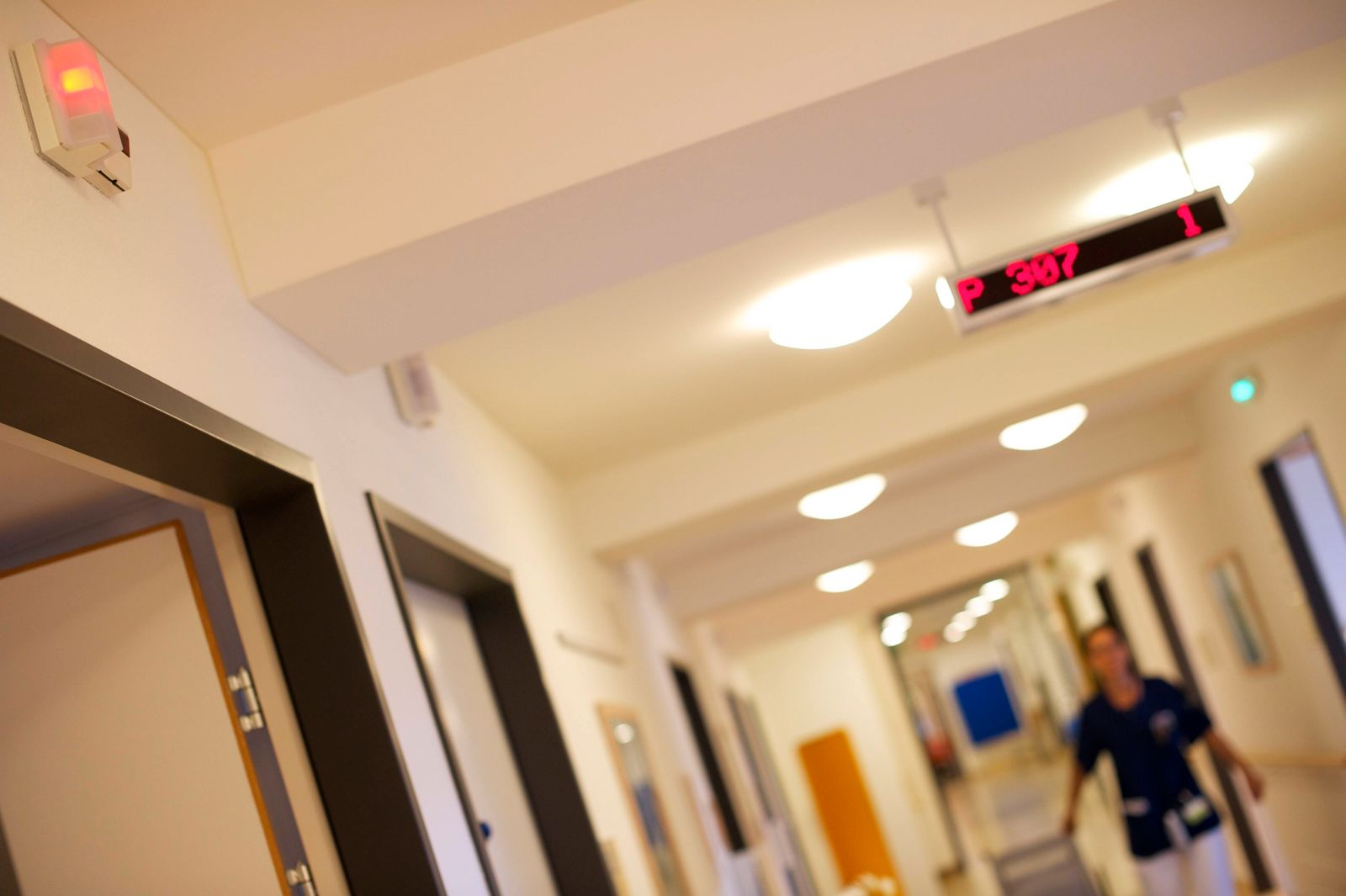 im Krankenhaus Krankenhausflur aus der Sicht eines Patienten Duisburg NRW Nordrhein-Westfalen Deutschland Germany *** in