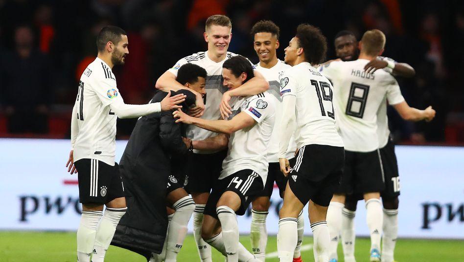 """""""So ein Sieg wird uns helfen im weiteren Prozess"""", sagte Bundestrainer Joachim Löw. Hier feiert sein Team"""