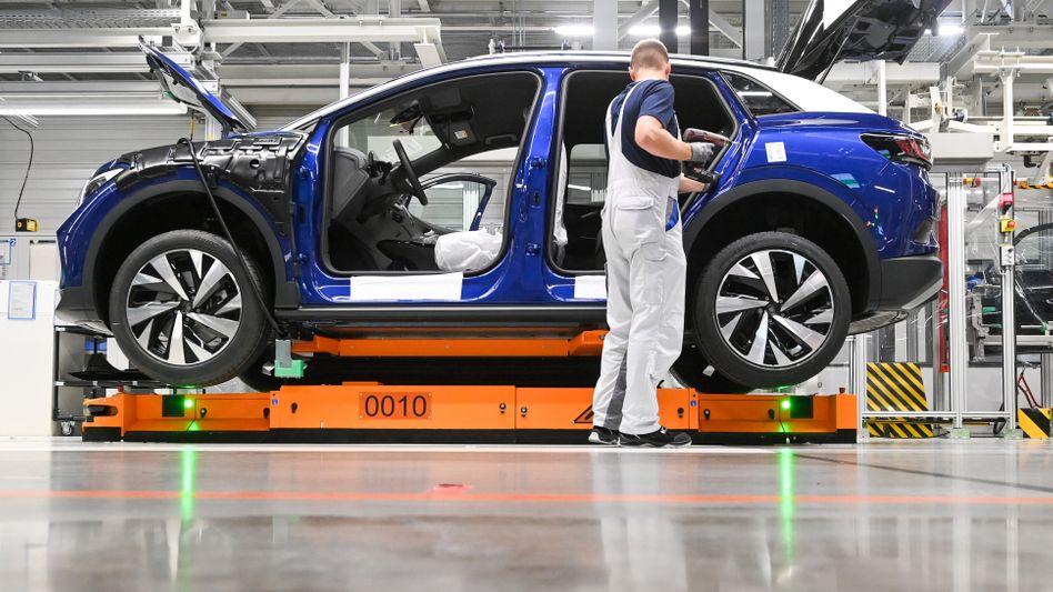 Mitarbeiter bei VW (in Zwickau): Neuer Tarifvertrag für westdeutsche Werke