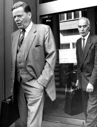 """Von Brauchitsch (l.) und Friderichs (1985 beim Verlassen des Gerichtsgebäudes): """"Pflege der Bonner Landschaft"""""""
