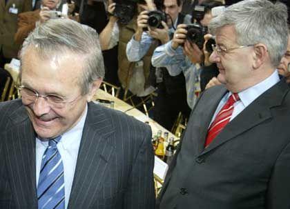 """Rumsfeld und Fischer: """"Jeder Affe sieht, dass Amerika und Europa die gleichen Werte haben"""""""