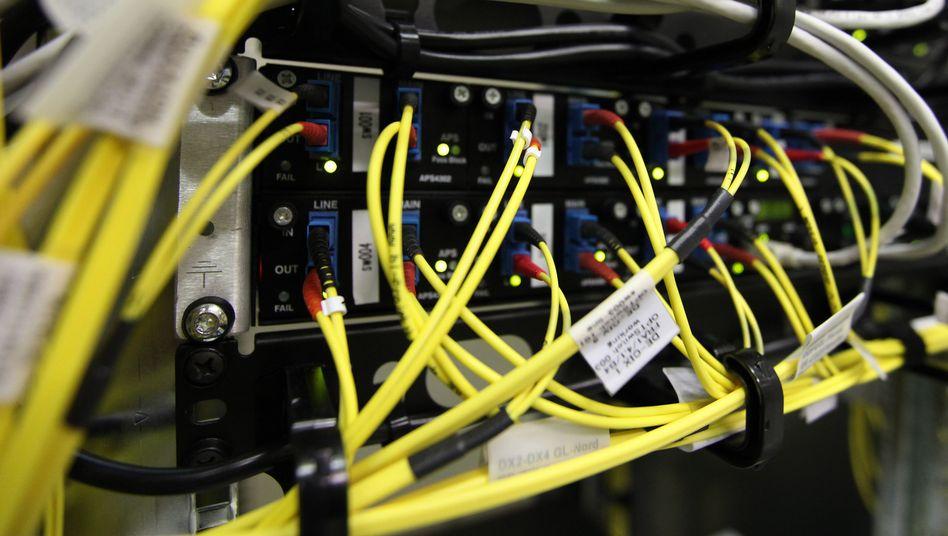 Breitbandkabel in einem Rechenzentrum (Archivbild): Modernisierung kommt deutlich langsamer voran als geplant