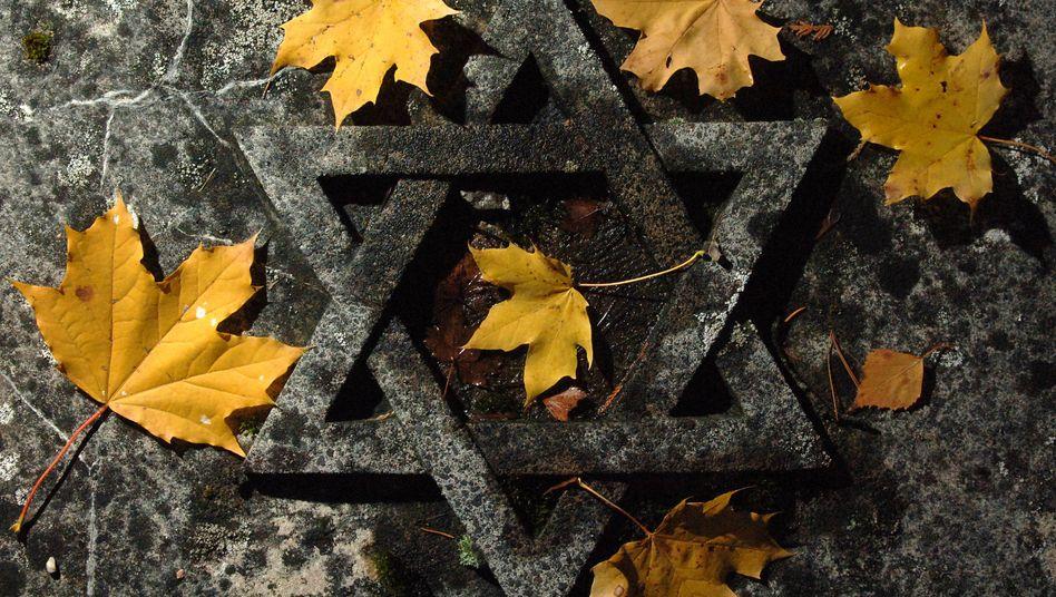 Grabplatte auf dem jüdischen Friedhof in Erfurt: Bei den Novemberpogromen 1938 brannten im ganzen Land Synagogen, jüdische Geschäfte und Wohnungen