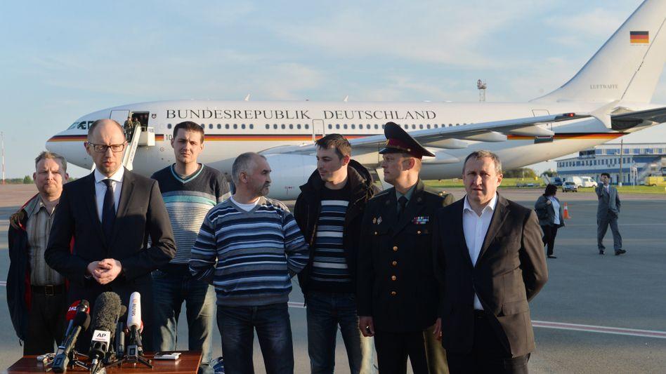 Zwischenstopp in Kiew auf dem Weg nach Berlin: Die freigekommenen OSZE-Geiseln mit Übergangspräsident Jazenjuk (2.v.l.)