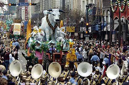 """Februar 2005: Die """"fette Kuh"""" zieht durch die Canal-Street von New Orleans"""