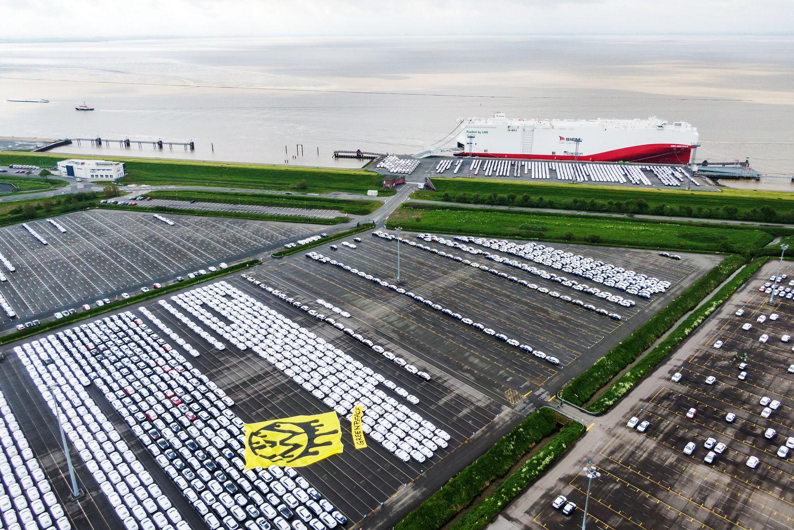 Greenpeace-Aktion gegen Verbrenner-Autos im Emder Hafen