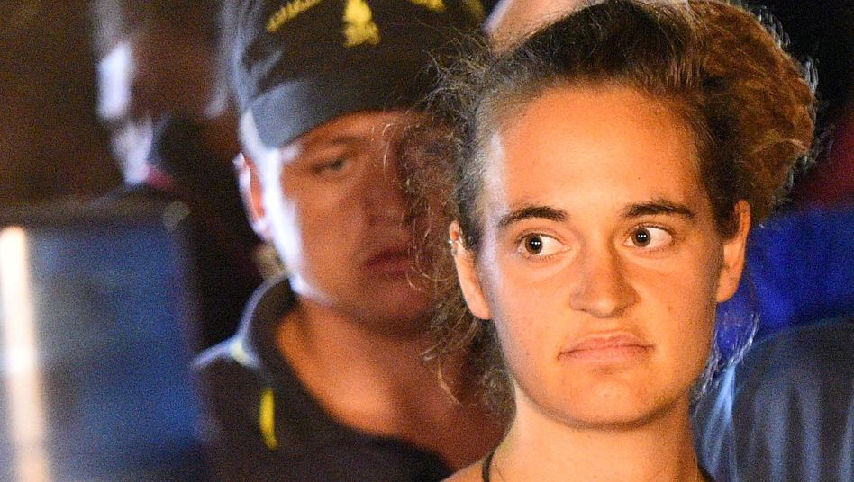 """Carola Rackete: Derzeit hält sich die """"Sea-Watch""""-Kapitänin an einem unbekannten Ort auf"""