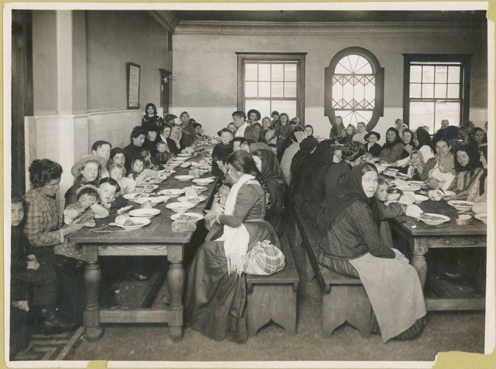 Aus der Sammlung der New York Public Library: Einwanderer auf Ellis Island nach 1900
