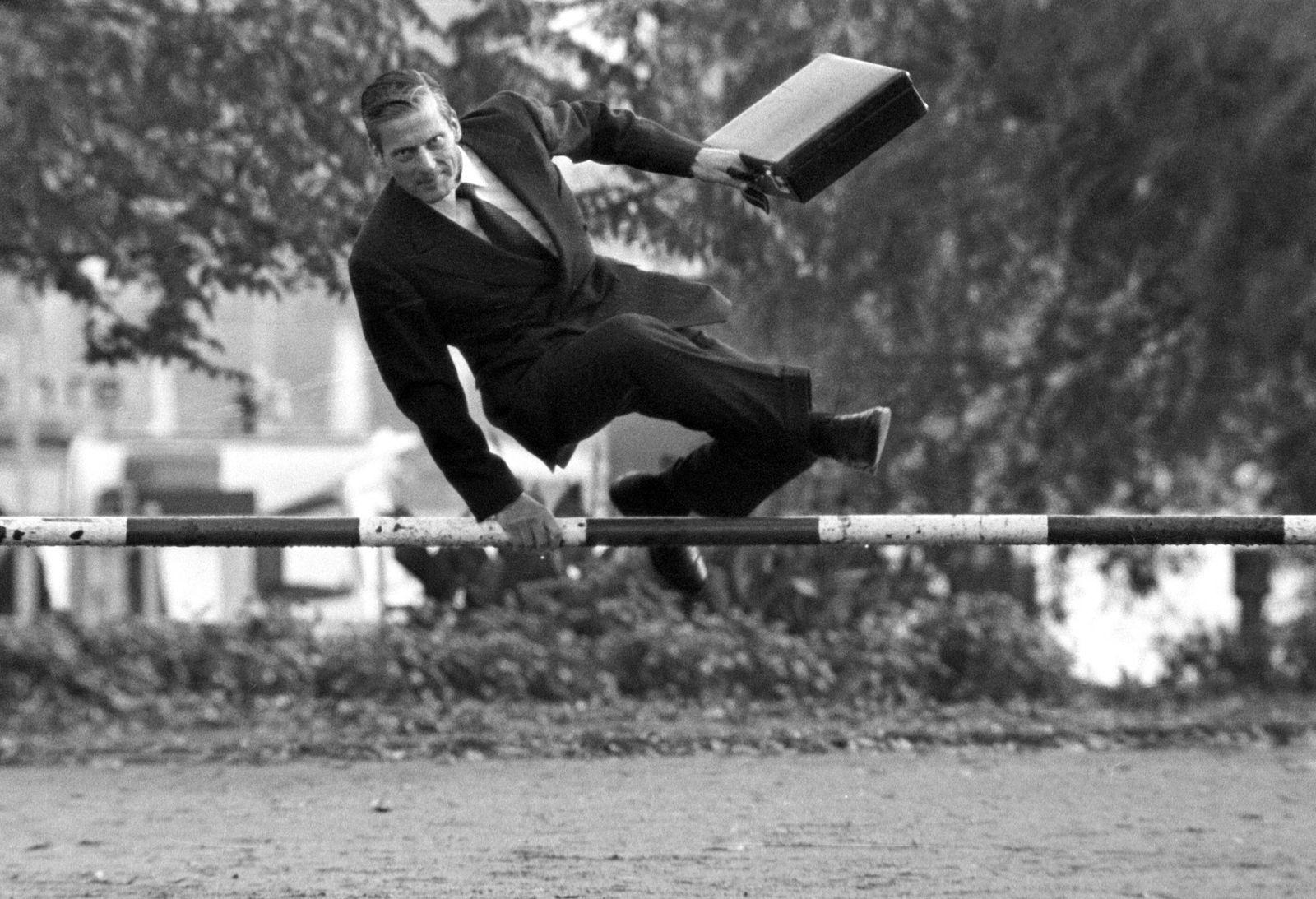 CDU Schatzmeister Walther Leisler Kiep GER springt mit seinem Aktenkoffer über eine Zollschranke
