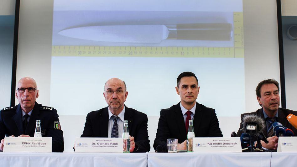 Ermittler bei der Pressekonferenz zum Angriff in Altena