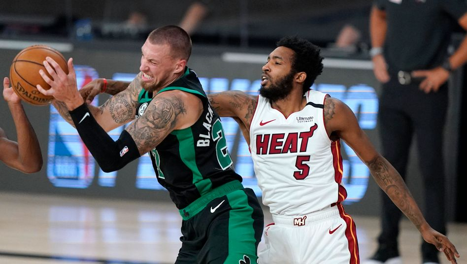 Daniel Theis (l.) von den Boston Celtics gegen Miamis Derrick Jones jr.