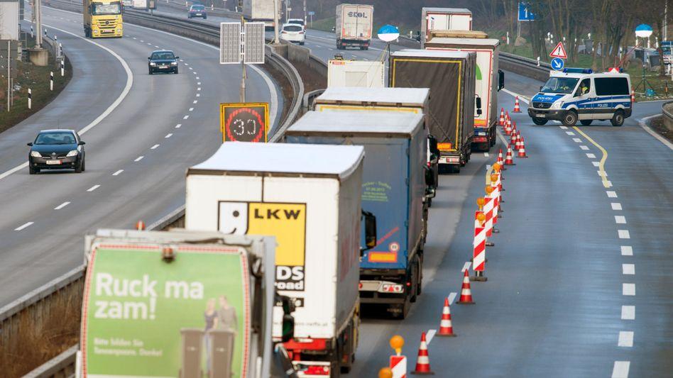 Lastwagen vor einer Grenzkontrolle an der deutsch-österreichischen Grenze (Archivbild): Wie teuer wird es?