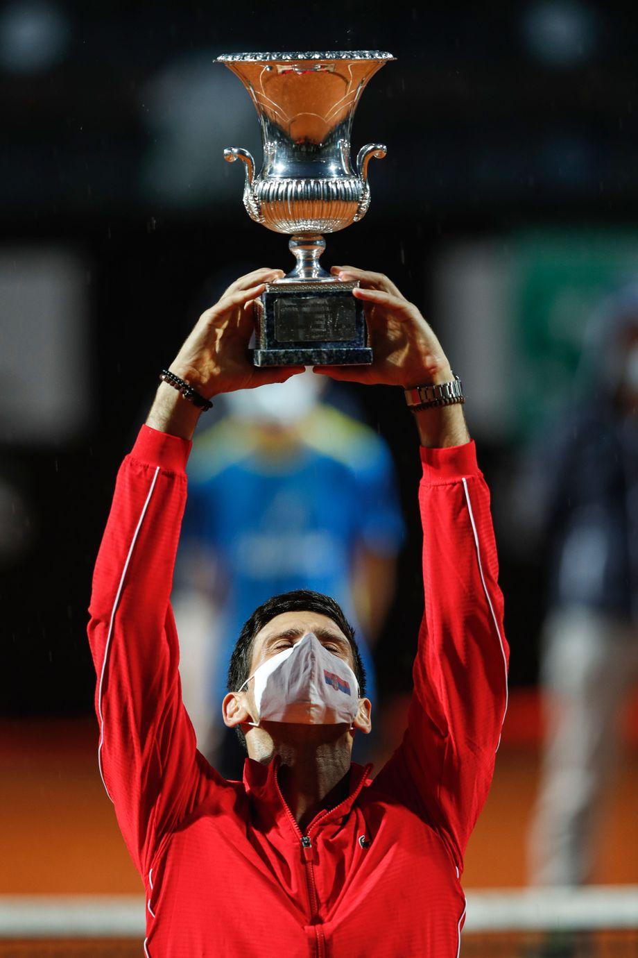 Die Pose sitzt - wie auch die Maske: Novak Djokovic