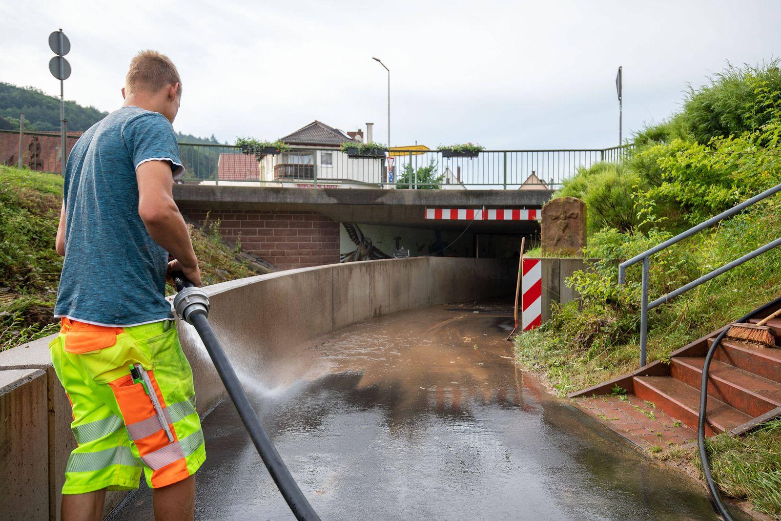 Mömlingen, Bayern am 29.Juni 2021 zum Thema: Sturmschäden in Deutschland v.l., Der Tag danach, die Freiwillige Feuerwehr