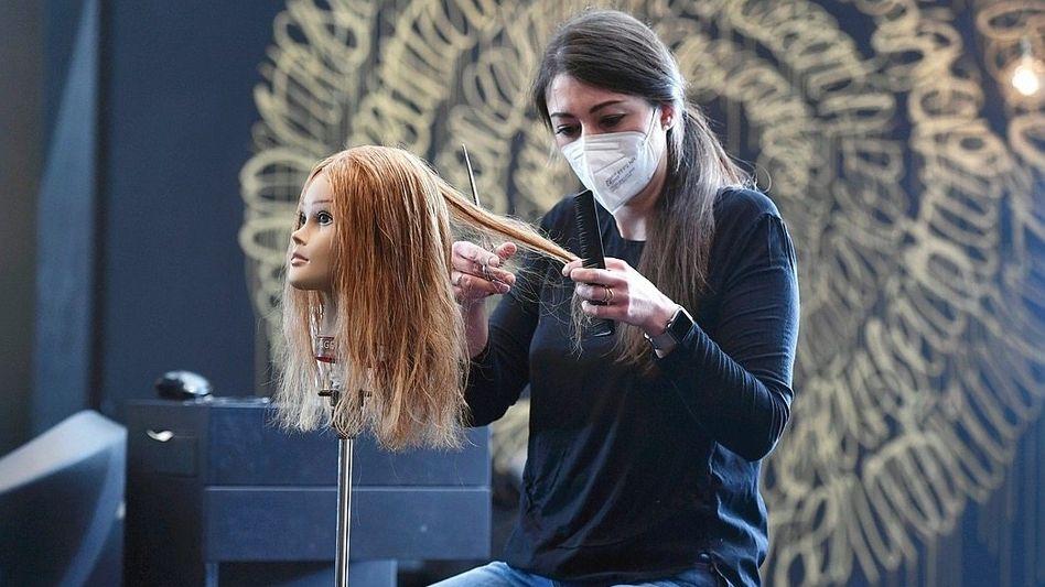 »Denen helfen, die aufgrund der Coronapandemie Teile des praktischen Lernstoffs ihrer Ausbildung verpasst haben«: Auszubildende im Friseurhandwerk (Archivbild)