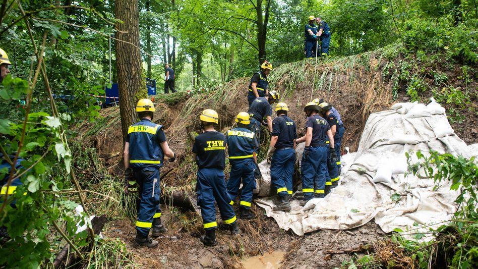 Sandsäcke zur Stabiliserung: In Fröndenberg in NRW droht ein Deich zu brechen