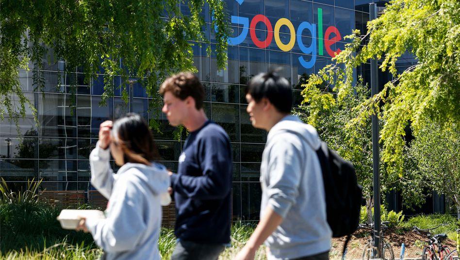 Menschen auf dem Google-Campus in Mountain View, Kalifornien