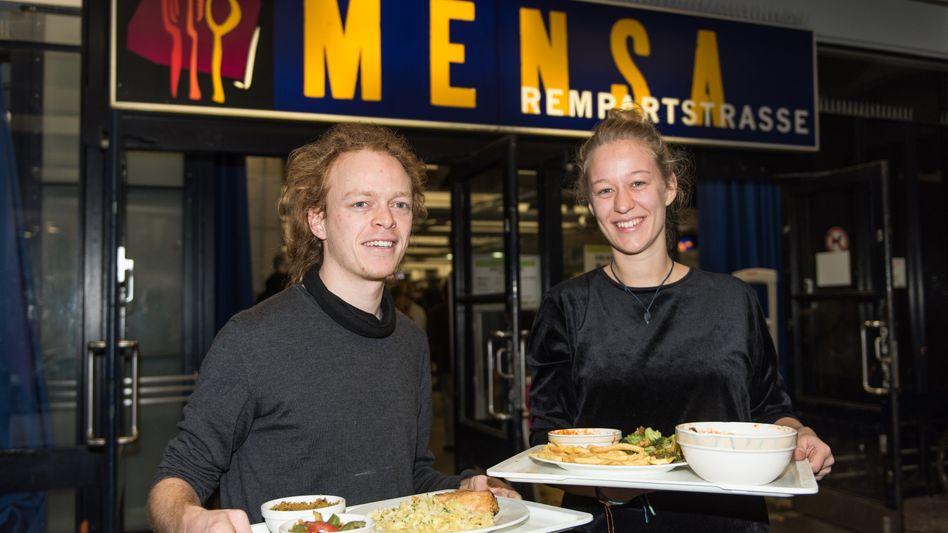 """Mensa in Freiburg: Studenten mit """"gebändertem"""" Essen"""