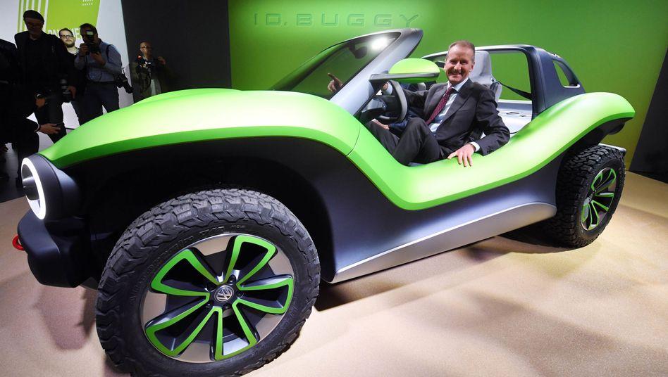 VW-Chef Herbert Diess in einem elektrischen ID. Buggy