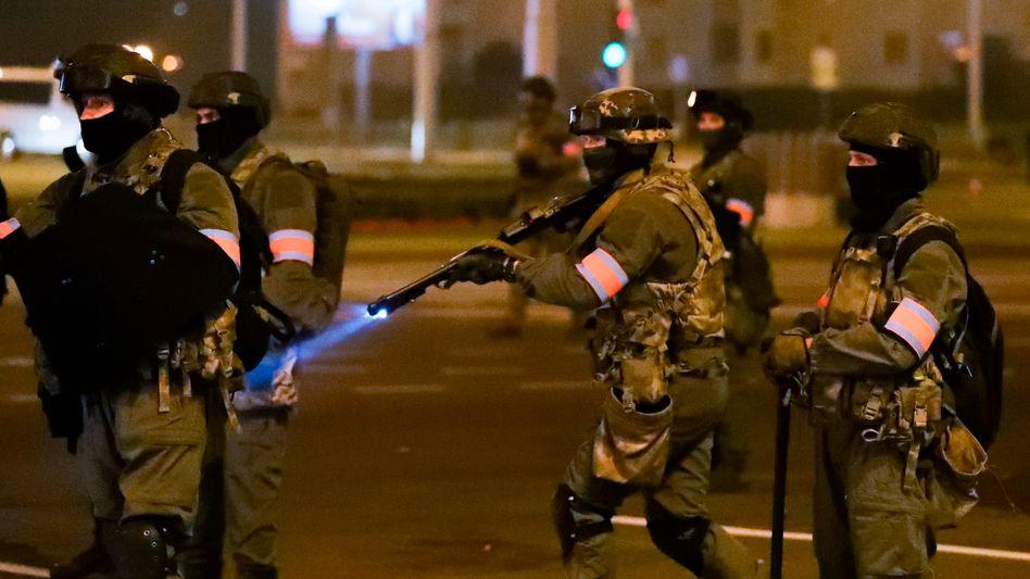 Belarussische Polizisten in Minsk (Archivfoto vom 10. August)