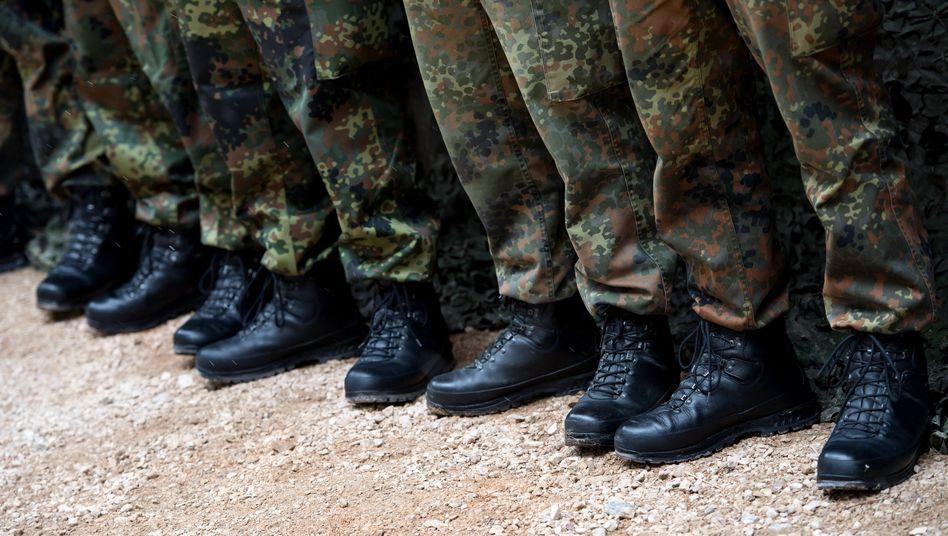Bundeswehrsoldaten bei einer Übung in einer Reihe (Symbolbild)