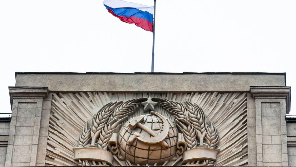 Russische Fahne über dem Parlament