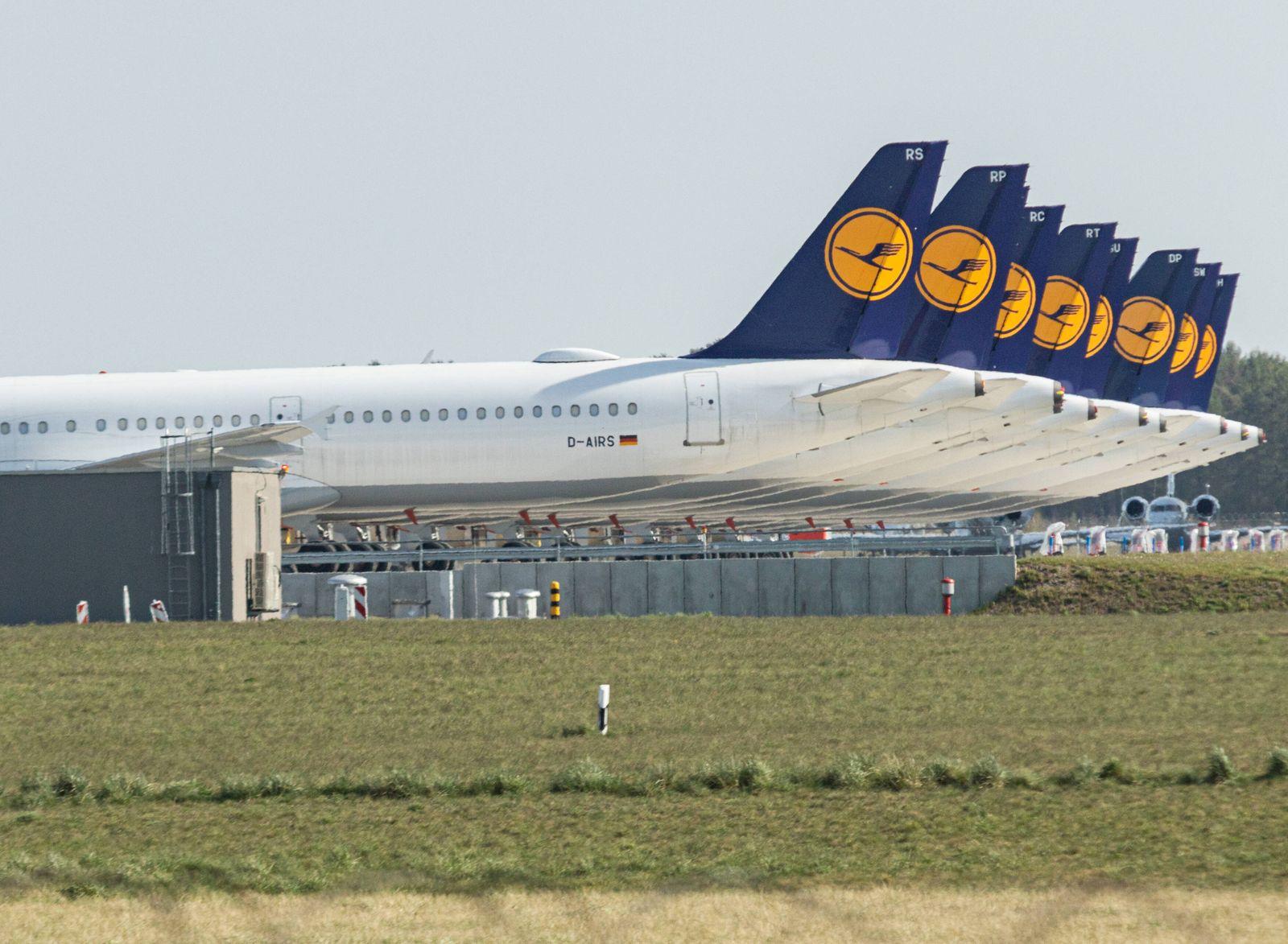 Lufthansa parkt Flugzeuge am BER Flughafen, Durch den Coronavirus ist weltweit die Nachfrage nach Flügen stark gesunken